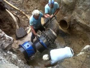 Personal de una cuadrilla coloca una nueva válvula en la red. (Foto IDAAN).