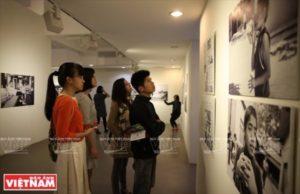 "La exposición ""Nhin Picturing Autism Vietnam"" (Mira –Picturing Autism Vietnam) atrae la atención de muchos jóvenes. (Foto: Khanh Long)."