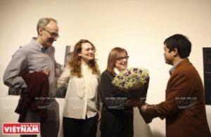 Felicitación por el éxito de la exhibición realizada por Debbie Rasiel. (Foto: Khanh Long).