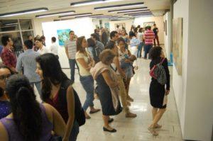 Público admirando la obra del artista plástico.