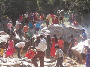 Indígenas en el río Tabasará.