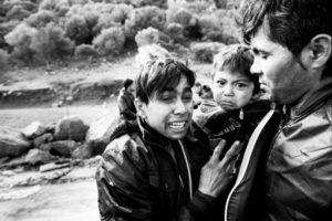 Una familia de refugiados afganos llega a Lesbos, Grecia, en 2015. Crédito: Giles Duley /ACNUR.