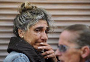 Una amiga de Ángeles Lugilde llora durante su desalojo en Avilés, norte de España, el 20 de abril de 2015. (Foto: Eloy Alonso / Reuters).