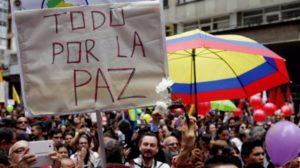 Cientos de personas se reunieron en la Plaza Bolívar de Bogotá para celebrar la firma del cese al fuego permanente el pasado 23 de junio. (Foto: EFE).