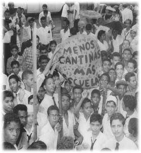 A la calle compañeros. Gritaba Carlos Núñez para reclamar en 1958 más escuelas..