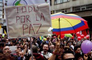 En junio, cientos de personas celebraron en Bogotá el cese de hostilidades, en el marco de las negociaciones. (Foto: EFE).