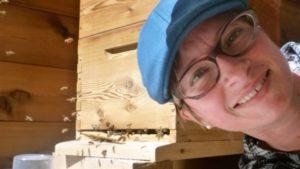 La apicultora Sarah Wallbank, que vive cerca de Nanaimo, en Columbia Británica, donde descubrió a abejas zombi. (Sarah Wallbank).