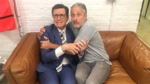 Los humoristas Stephen Colbert y Jon Stewart, mirando el discurso de aceptación de la candidatura de Donald Trump (© Twitter.com / StephenAtHome).