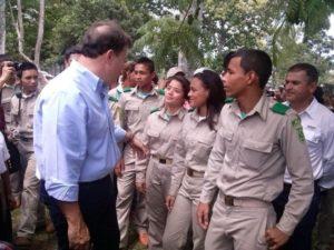 Presidente Juna Carlos Varela en compañía de estudiantes del INA. (Foto: La Estrella de Panamá).