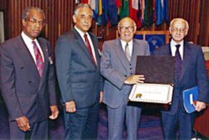 Dr. José Renán Esquivel, recibiendo el Premio Abraham Horwitz, a la excelencia de la Salud, conferido por la OPS.