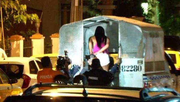 Trabajadora sexual detenida por agentes policiales. (Foto: TVN).
