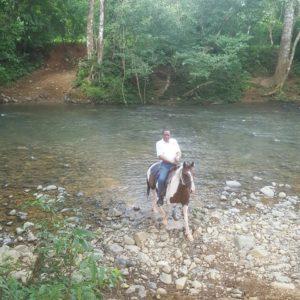 Cecilio Simon cruza el Rio Paja