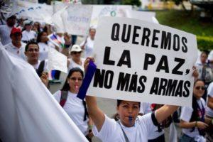 Colombianos y colombianas exigiendo la paz. (Foto: AFP)