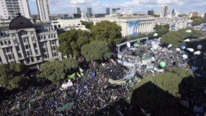 Vista aérea de las movilizaciones del pueblo argentino contra la política neo conservadora de Macri.