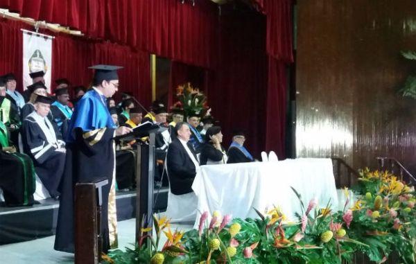 Rector de la Universidad, Dr. Eduardo Flores Castro.