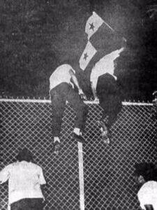 Jóvenes panameños cruzando las alambradas.
