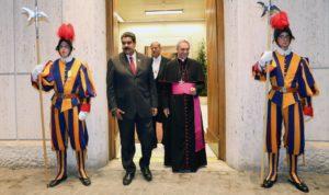Nicolás Maduro se dirige a una reunión con el Papa Francisco