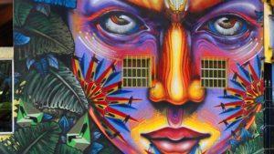 Shalak muestra un arte colorido en los muros.