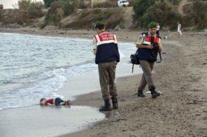 Cadáver del niño Aylab Kurdi en una playa de Turquía.
