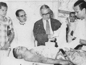 El cuerpo inerte del estudiante José Manuel Arauz yace en una camilla de hospital.