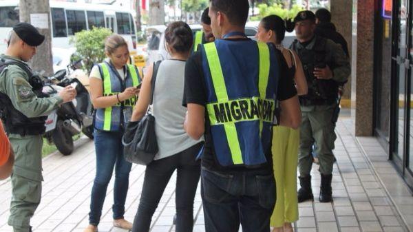 Autoridades de Migración de Panamá verifican documentos de extranjeros. (Foto: La Prensa).