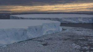 El glaciar Pine Island, al fondo, tras los dos iceberg. (Foto: J. Smith / EPV).